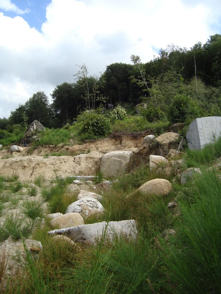 Le tombeau des Jumeaux de Peyrous, de La Poire et de ses petits rocs posés... (1/6)